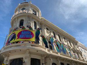 Montaje en fachada del Teatro Calderón para compañía La Cubana