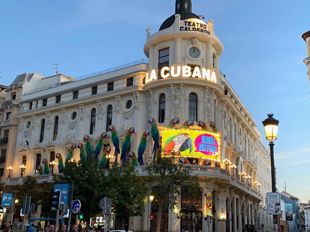 Fachada del teatro Calderón con el montaje hecho para la obra «Adiós, Arturo» de La Cubana