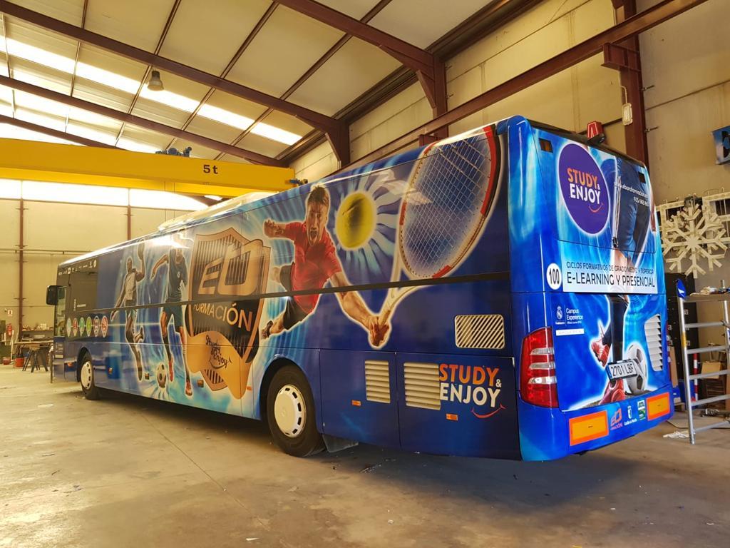 Autobús con vinilo fundido en proceso