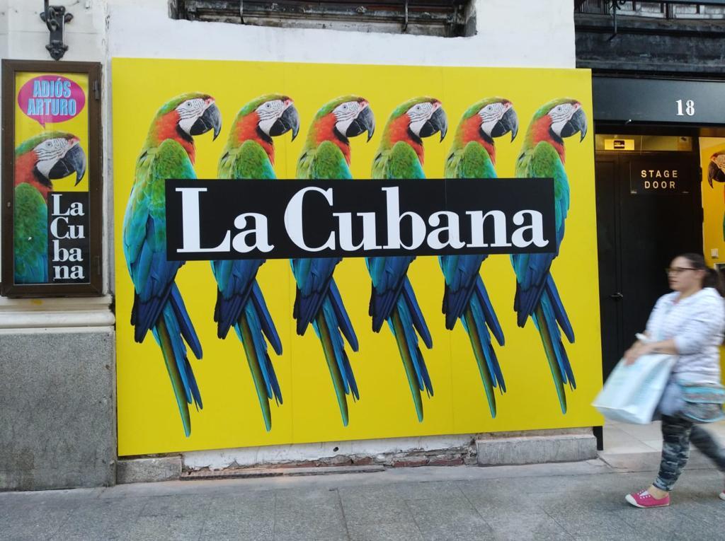 Entrada rotulada con vinilo para compañía La Cubana